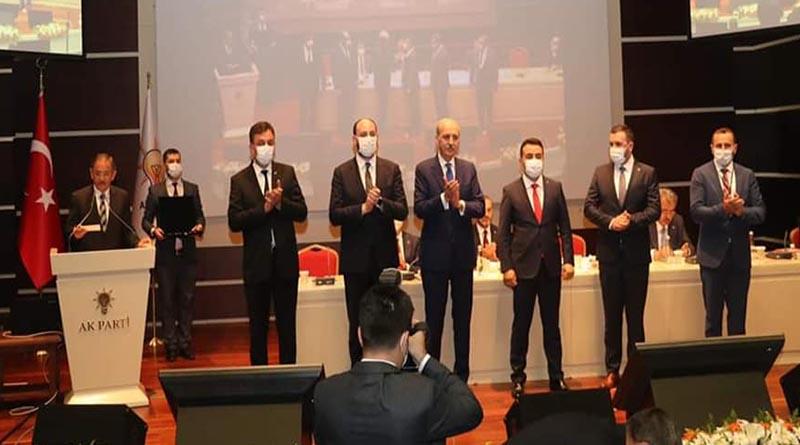Mücahit Kaçar'a AK Parti rozeti takıldı