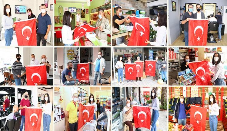 Çiftlikköy Belediyesi'nden esnaflara 1000 Türk bayrağı