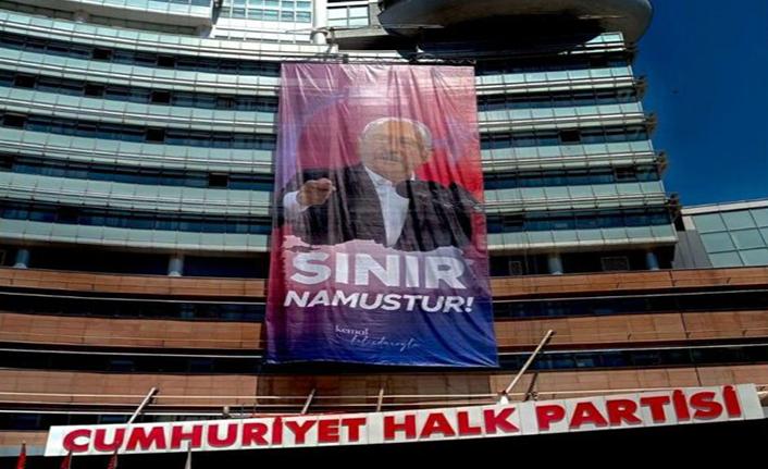 """CHP Genel Merkezi'ne """"Sınır Namustur"""" afişi asıldı"""