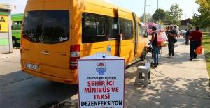Yalova Belediyesi taksi ve minibüsleri dezenfekte ediyor